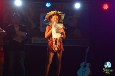 A pequena Janikelly, do povo Rikbaktsa, lê emocionante poesia pela vida do Juruena. Foto de Carla Ninos.