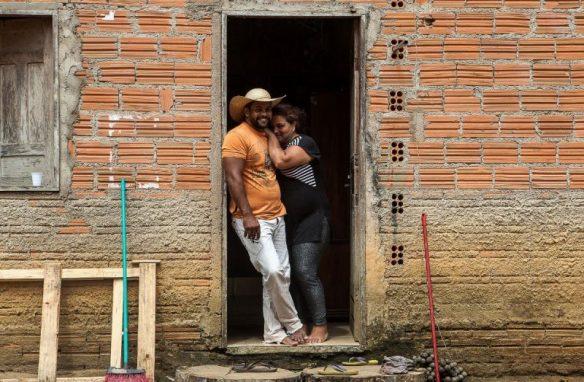 Osvalinda e Daniel na porta da casa no sítio Nova Esperança, no projeto de assentamento Areia, onde são ameaçados de morte por madeireiros. Foto: Lilo Clareto/Repórter Brasil
